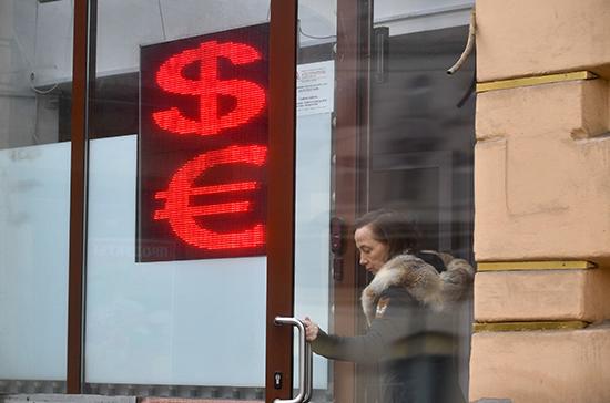 Курс доллара опустился ниже 77 рублей впервые с 25 сентября
