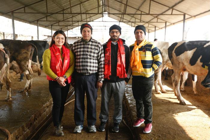 बिपिन र वर्षाले भेटे साँच्चिकैका 'गोपी' [फोटो सहित]
