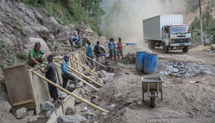 मुआब्जा रकम नपाएको भन्दै स्थानीय बासिन्दाद्वारा सडक विस्तारमा अवरोध