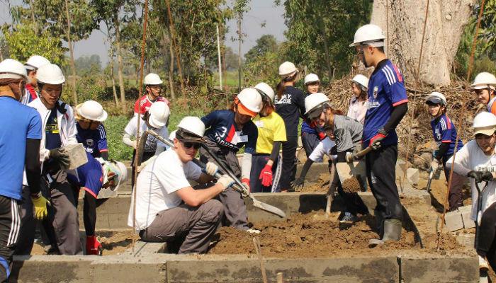 सहारा विहिन दलबहादुरको घर निर्माणमा जापानी विद्यार्थीद्वारा श्रमदान