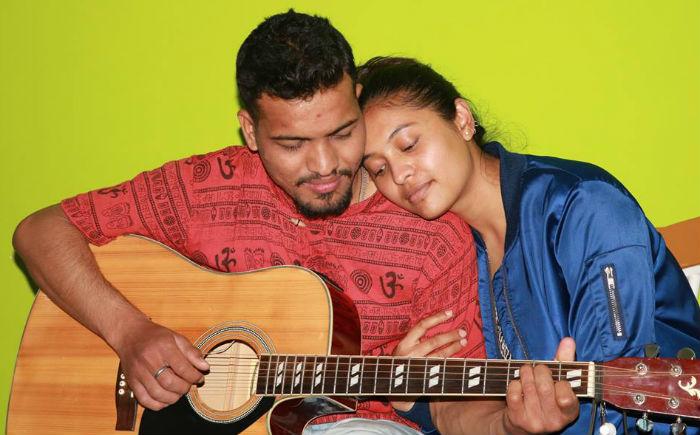 आम्नालाई यसरी गीत सिकाउँदै छन् सुदिन [भिडियो सहित]