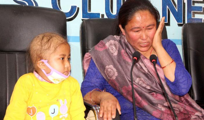 क्यान्सर पीडित पाँच वर्षीय बालिकाको उपचारमा समस्या, सहयोग गरिदिन परिवारको याचना