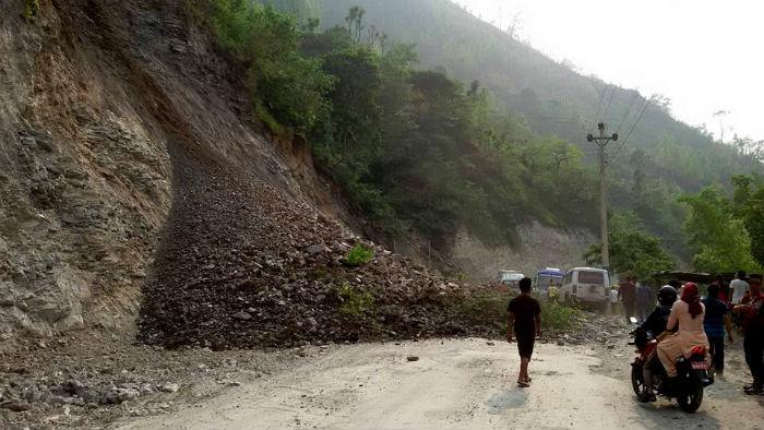 पहिरोका कारण नारायणगढ-मुग्लिन सडक एकतर्फी