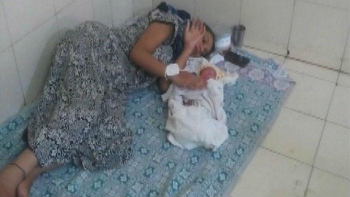 सरकारी अस्पतालमा रोइ कराई गरिरहदा पनि चिकित्सक नआएपछि गर्भवती महिला आफैले गरे आफ्नो डेलिभरी