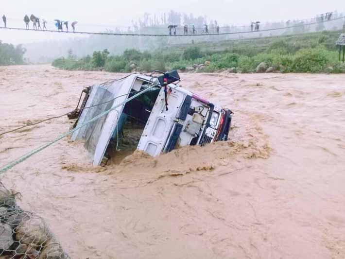 मकवानपुरमा भीषण वर्षा: बाटो अबरुद्ध, गाडीलाई खोलाले बगायो