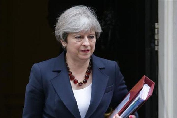 बेलायती प्रधानमन्त्री मेद्वारा महारानीसमक्ष राजीनामा पेश