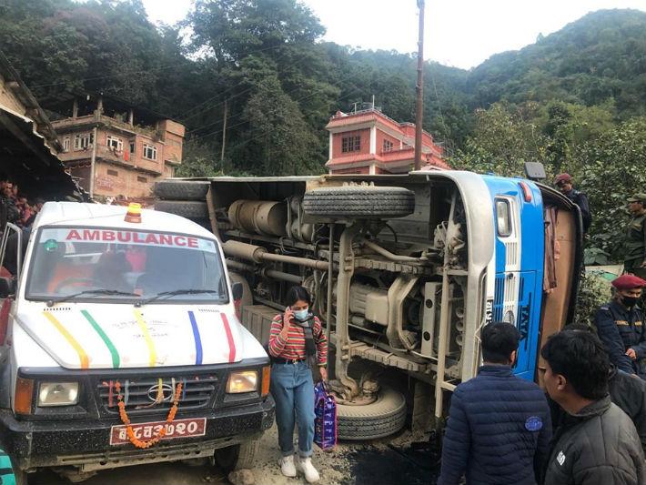 काठमाडौंमा बस दुर्घटना: तीनको मृत्यु, २० भन्दा बढी घाइते