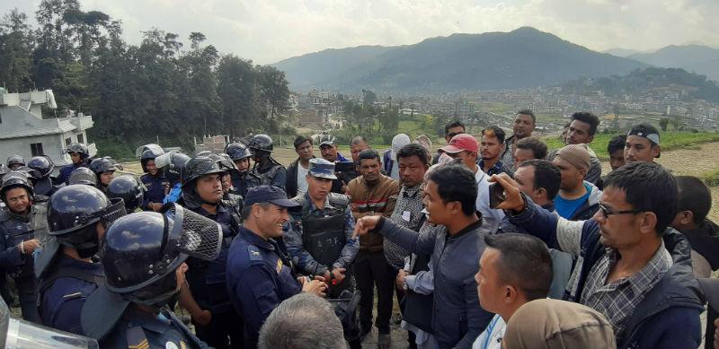 काभ्रेको बनेपामा स्थानीय र प्रहरी बीच झडप: ८ घाइते, ९ राउण्ड अश्रु ग्यास प्रहार