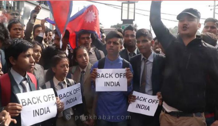 'ब्याक अफ इन्डिया' भन्दै भारतीय दुतावास घेर्न पुगे विद्यार्थी !