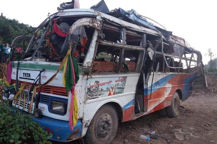 दाङमा बस दुर्घटना, एक किशोरीको मृत्यु, २० जना घाइते