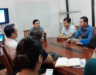 Filipino motivational speaker opens the training with focus group discussion