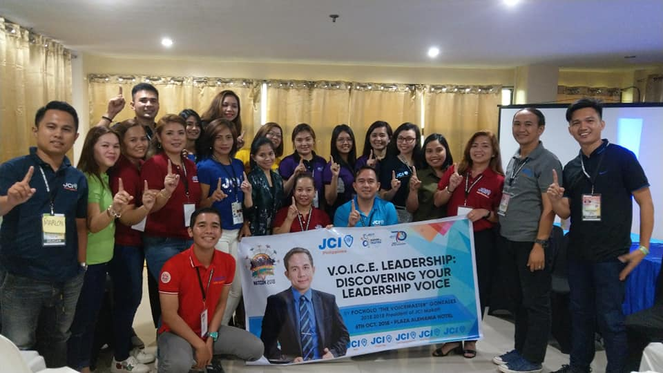 The VoiceMaster with the participants of VOICE Leadership seminar