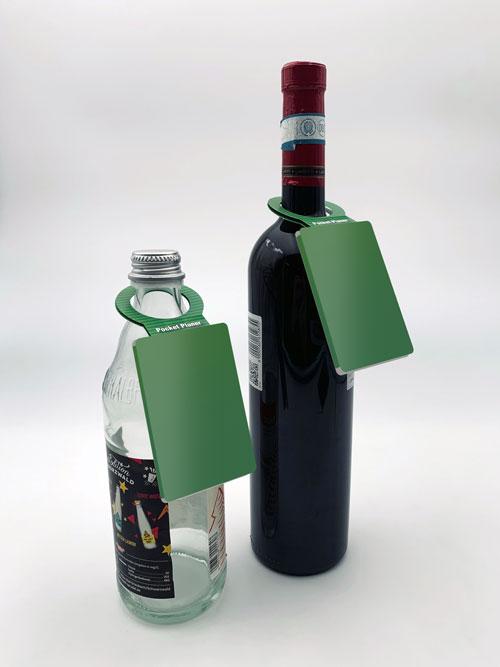 PocketPlaner mit Flaschenanhänger an einer Weinflasche, und an einer Wasserflasche