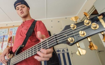 TC Tubantia: Blinde Stan speelt bas op gehoor