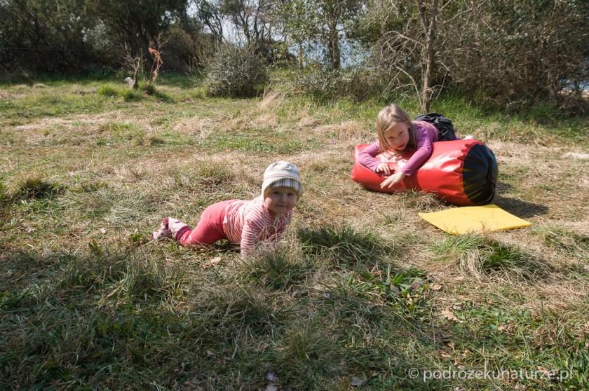Podczas zwijania obozu dziewczyny dokazują w trawie.