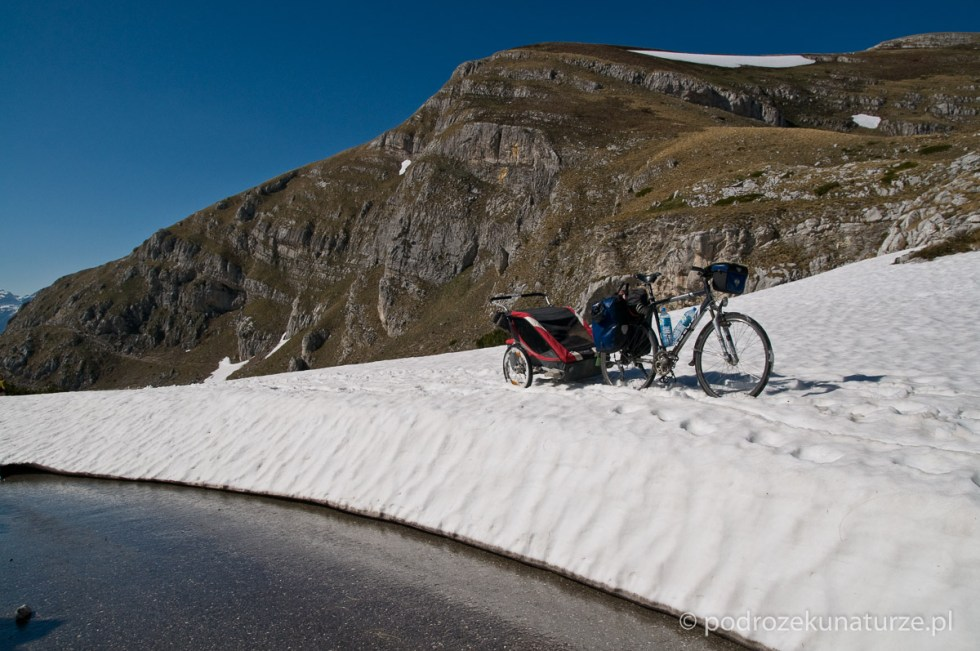 Tu asfalt definitywnie znika pod śniegiem