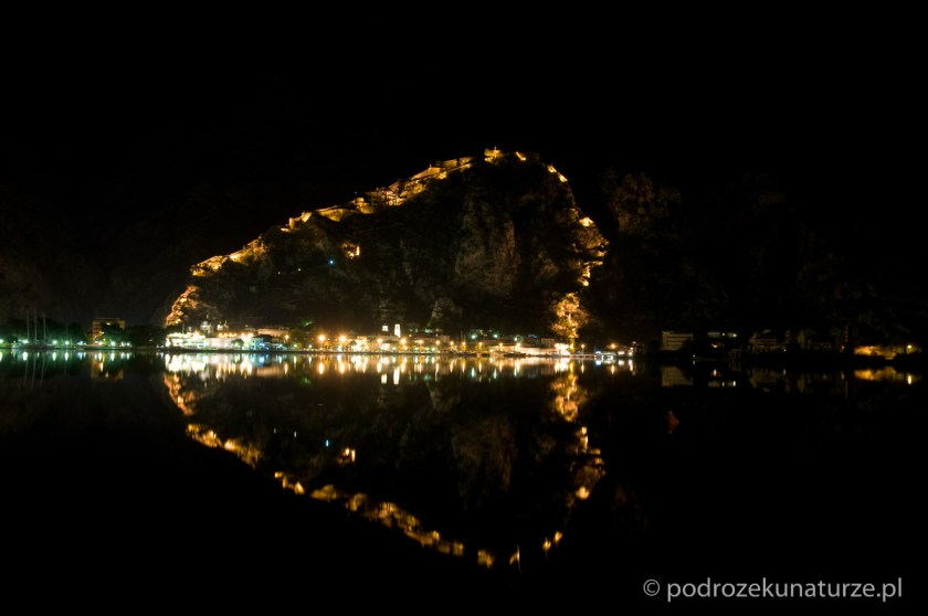 Nocna iluminacja murów obronnych Kotoru