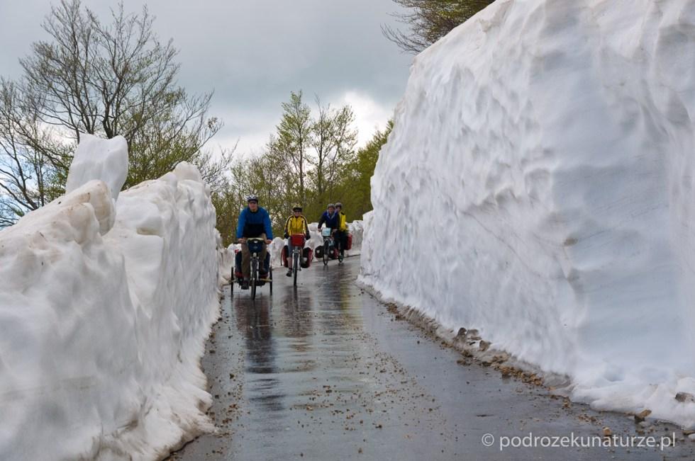 Na północnych skłonach góry śniegu jeszcze dostatek