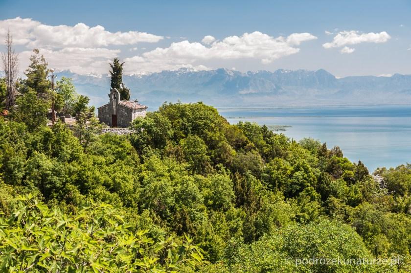 Samotna kapliczka nad jeziorem Szkoderskim