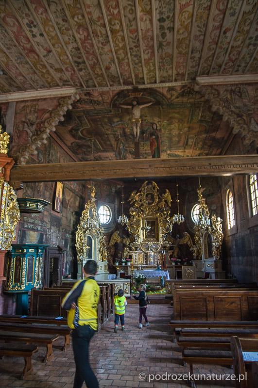 Wnętrze siedemnastowiecznego drewnianego kościoła w Gąsawie