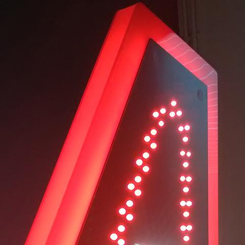 DETAIL PROFIL LUMINEUX Ht 1.30 m - Carotte de Tabac lumineuse à leds rouge et blanche Et équipement lumineux par ruban led rouge sur toute la tranche de la carotte