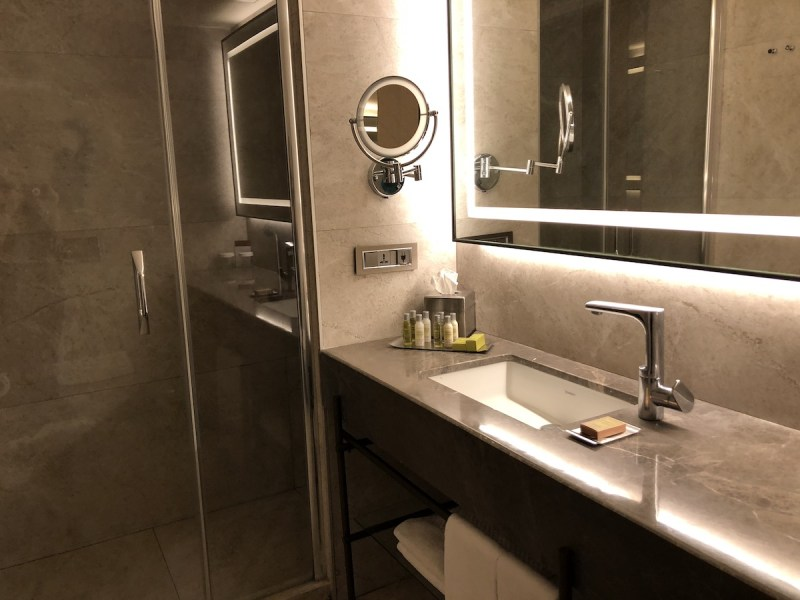 Doubletree Istanbul Sirkeci - standard room shower