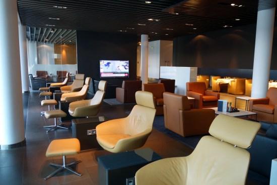 Lounge Review Lufthansa First Class Terminal Frankfurt FRA shower, tub whiskey champagne food bed duck ducks car BWM Mercedes transfer
