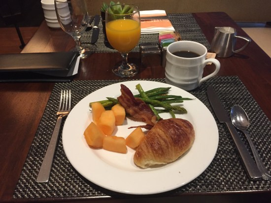 Hotel Review The Beverly Hilton beverly hills los angeles california golden globes UCLA pool spa gold diamond breakfast bar conference