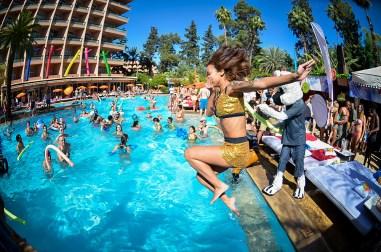 Sismix fille qui saute dans piscine habillée