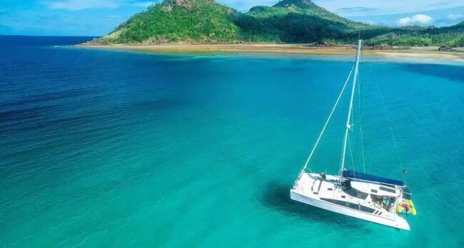 Go for a sailing tour to Whitsunday Islands