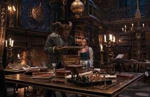 Belle und das Biest in der Bibliothek
