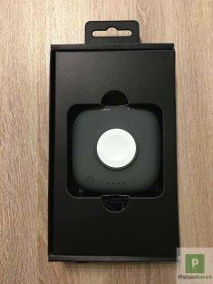 Die Powerbank mit offensichtlichem Ladepuck für die Apple Watch