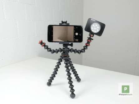 Das Stativ mit dem Manfrotto LED und dem Smartphone