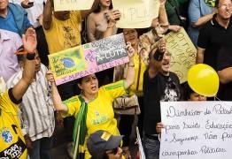 Grupo que defende golpe militar é expulso de protesto