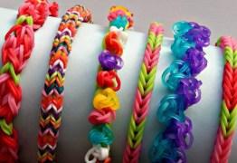 Acessórios de pulseiras coloridas podem conter material cancerígeno