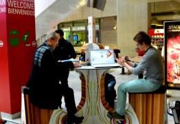 Mesa com pedal gera energia para recarregar celulares e outros gadgets