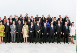 "PROMOTORA CORAJOSA:  DETONA DILMA E A FOTO DOS NOVOS MINISTROS, ""RIDÍCULA"""