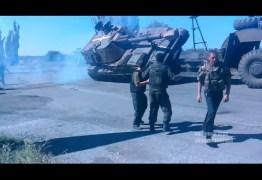 Motorista erra manobra e derruba caminhão-tanque