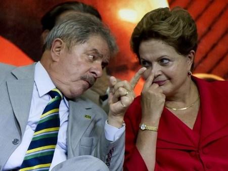 Dilma e Lula se liga 451x338 - A desconfiança é que o PT mantinha contas secretas no exterior que financiou campanhas de Lula e Dilma