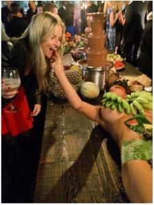 mulherfruta3 226x300 - Bar utiliza mulheres seminuas como bandeja para frutas e causa revolta