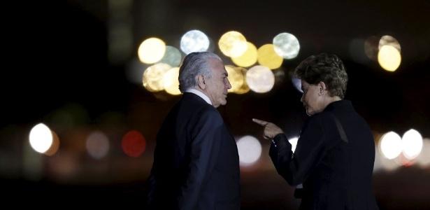 19ago2015 a presidente dilma rousseff conversa com o vice presidente michel temer enquanto esperam a chegada da chanceler alema angela merkel 1440033393271 615x300 - PESQUISA - Após afastamento, cresce polularidade de Dilma e mais brasileiros passam a desaprovar governo Temer