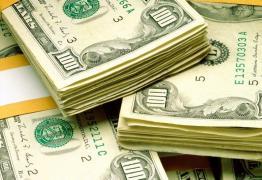 Homem é preso com dólares na cueca após furar blitz