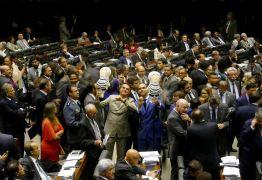 VEJA VÍDEO: Deputados brincam com Pixulekos no Plenário da Câmara