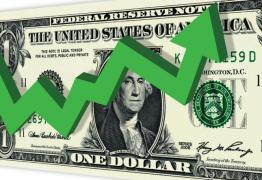 Dólar bate em R$ 3,89 e BC intervém