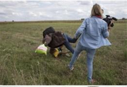 Hungria abre investigação contra cinegrafista que chutou migrantes