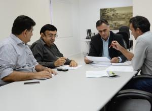 Reunião prefeito foto JulianaSantos 027 300x218 - Prefeito anuncia pagamento nos dias 26 e 29 e destaca injeção de mais de R$ 69 milhões na economia