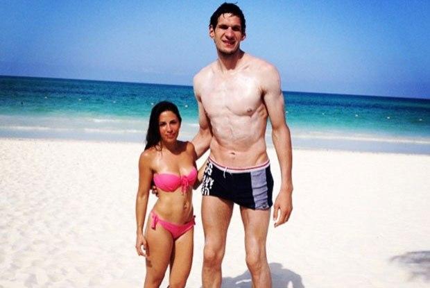 servio - Foto de Jogador de basquete que tem 2 metros e 20 de altura ao lado da esposa faz sucesso na internet