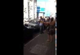 VEJA VÍDEO: Eleitora descontente faz cena com Toinho do Sopão no meio da rua