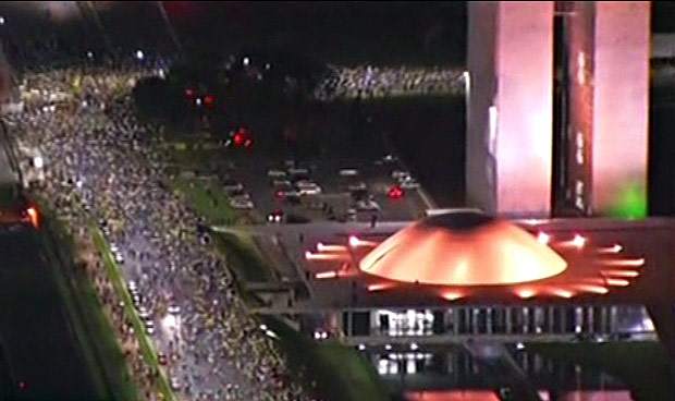 16076412 - Manifestações contra o governo Dilma em 16 capitais