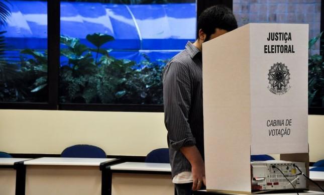 cabine votacao 1 - ELEIÇÕES GERAIS JÁ: Como Dilma desmoralizou-se, então só o voto legitima - Por Vladimir Palmeira